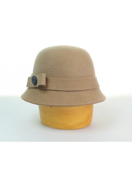 Dámský vlněný klobouk zdobený knoflíkem