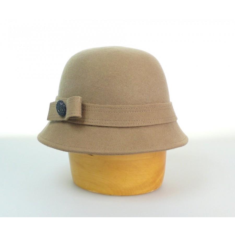 Dámský vlněný klobouk zdobený knoflíkem velikost 55 56 barva béžová 7d1050a3a7