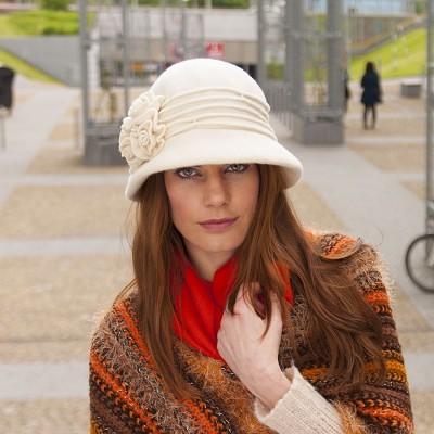 Vlněný klobouk zdobený...