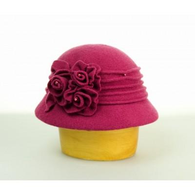 Vlněný klobouk zdobený květy a korálky