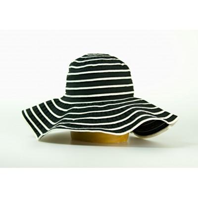 Dámský široký klobouk s pruhy