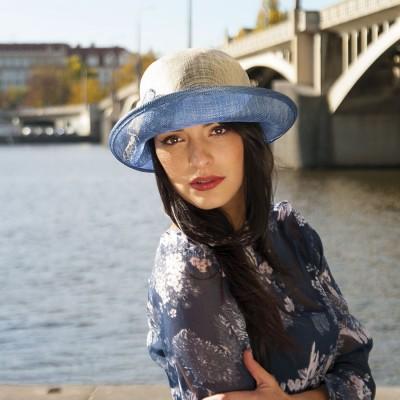 Modelový klobouk sinamay zdobený mašlí
