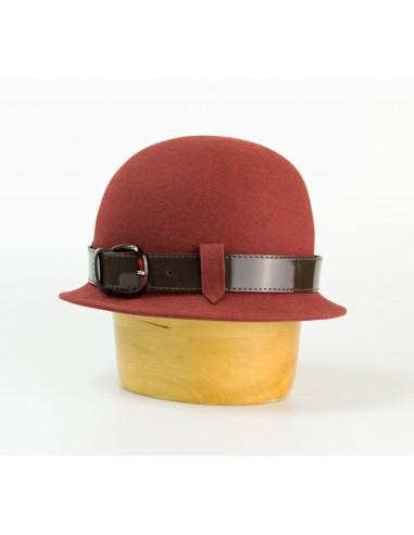 Plstěný klobouk zdobený páskem