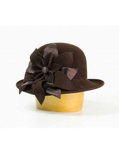Plstěný klobouk zdobený květem
