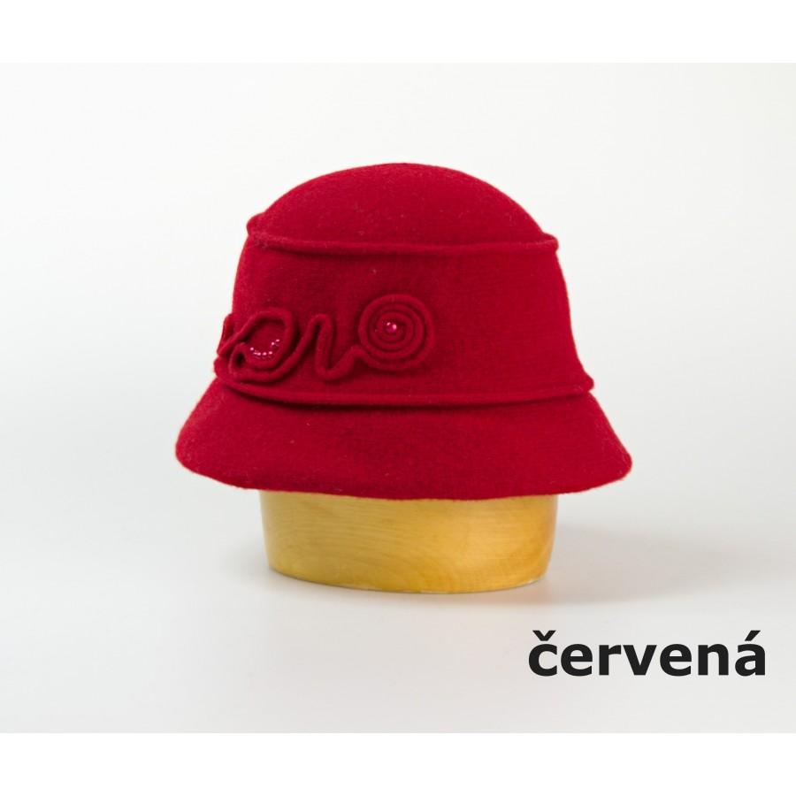 Vlněný klobouk s aplikací a korálky barva červená velikost univerzální 125c3b4eff