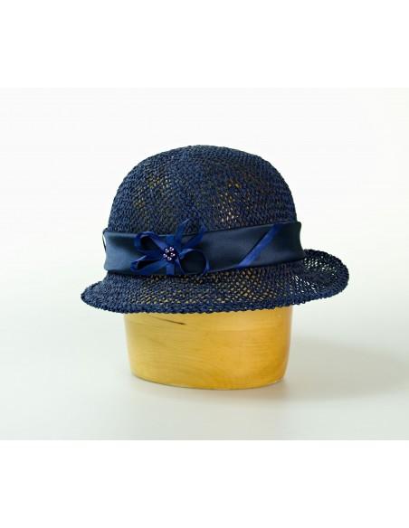 Dámský papírový klobouk zdobený saténem a stuhou