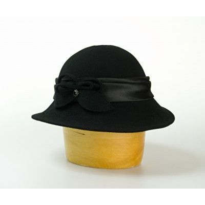 Vlněný klobouk střední krempa zdobený saténem a lístky
