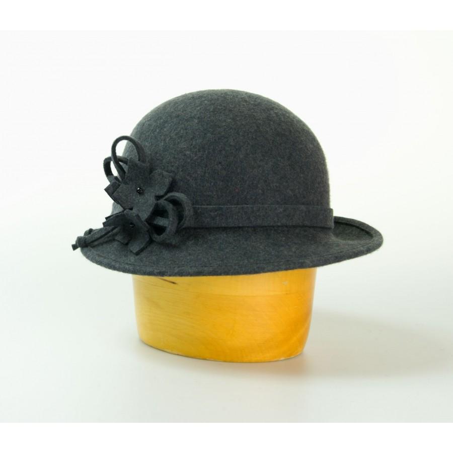b307322423c Vlněný klobouk zdobený páskem a květy barva černá velikost 55 56