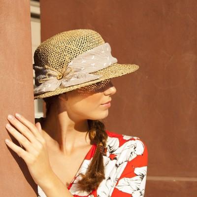 Dámský modelový klobouk zdobený látkou a provázkem