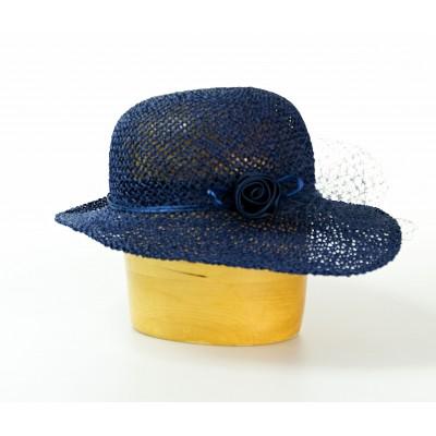 Dámský papírový asymetrický klobouk zdobený závojem