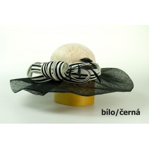 Modelový sinamay klobouk zdobený