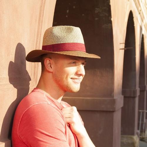 Pánský papírový klobouk zdobený stuhou