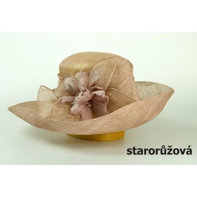 Modelový klobouk sinamay zdobený peřím